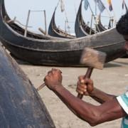 Rohingya werkt aan vissersboot, Shampalur Camp, juni 2014