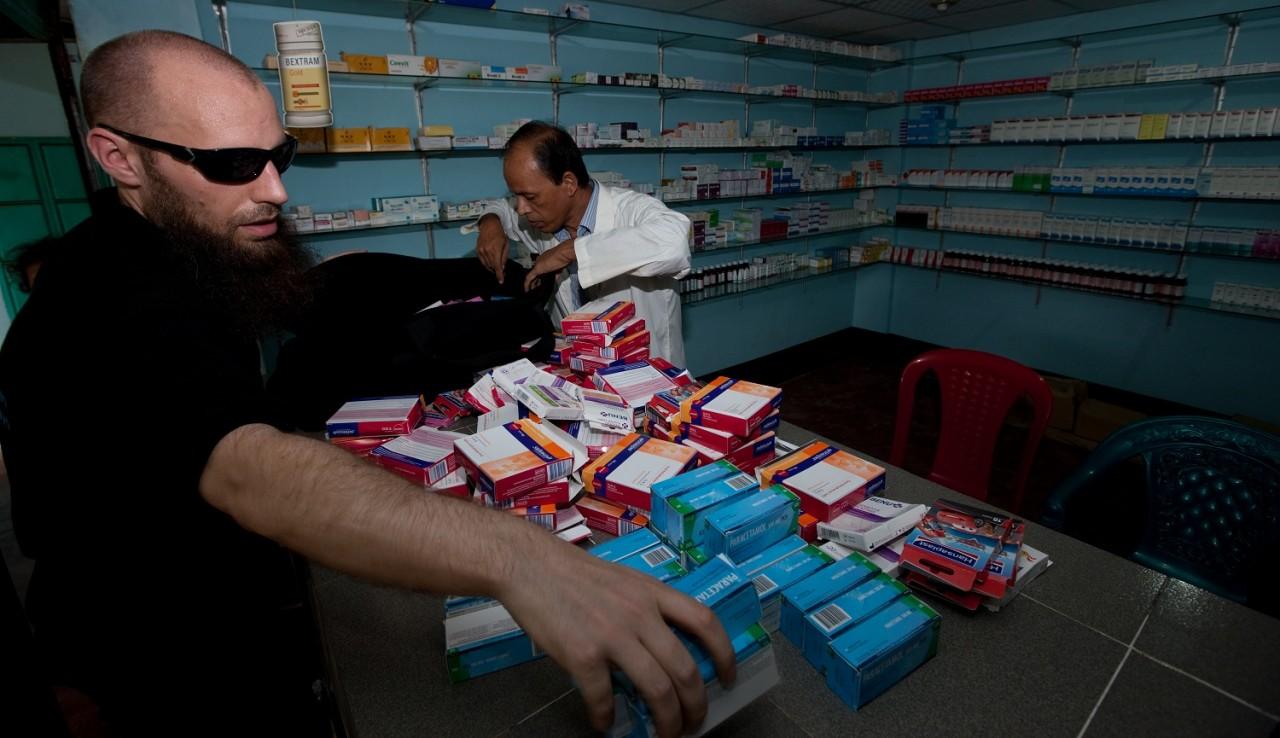 Afleveren medicijnen aan Rohingya kliniek