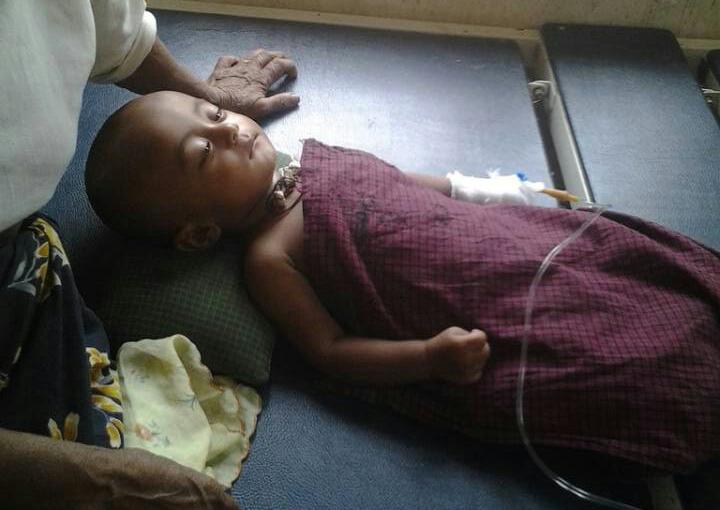Sayed Noor, een 8 maanden oude baby, mét malaria, zonder medische hulp. De foto is begin april gemaakt in Sittwe, Myanmar.