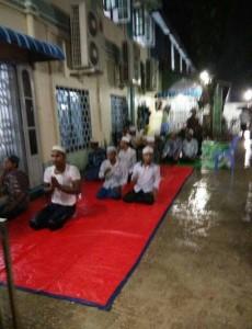 Moslims moesten noodgedwongen buiten in de regen de taraweeh-gebeden verrichten.