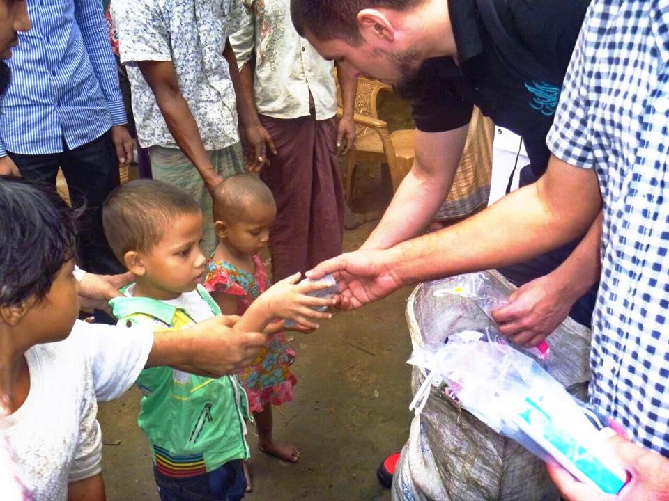 Uitdelen kleding aan Rohingya; in beeld Sherwin Wiese