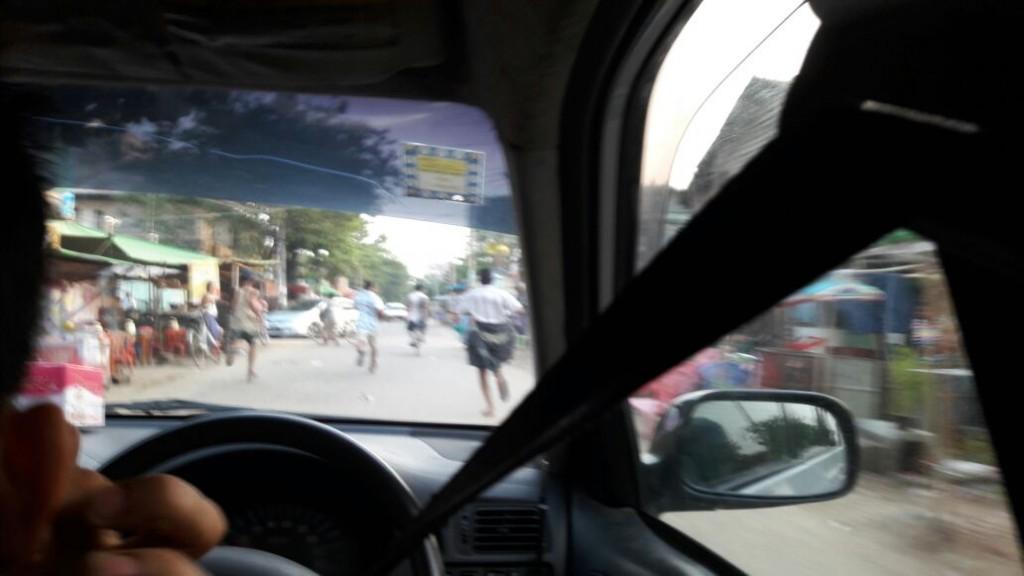Een contactpersoon van Stichting as-Salaamah wal'Adaalah moest tijdens de aanvallen vluchten en maakte deze foto van de aanvallen vanuit een auto.