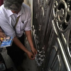 Een school wordt door een ambtenaar van Myanmar afgesloten.