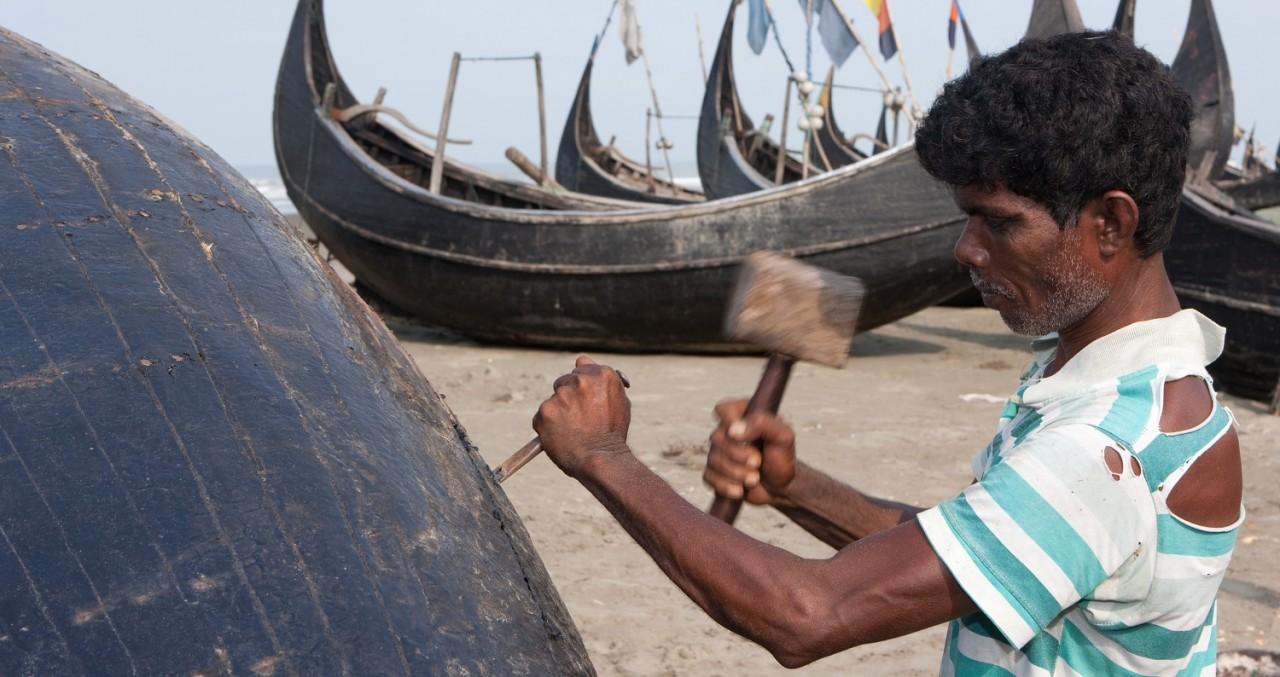 Rohingya-broeder werkt aan vissersboot