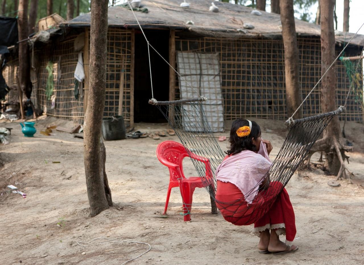 Rohingya zuster voor haar geïmproviseerde woning