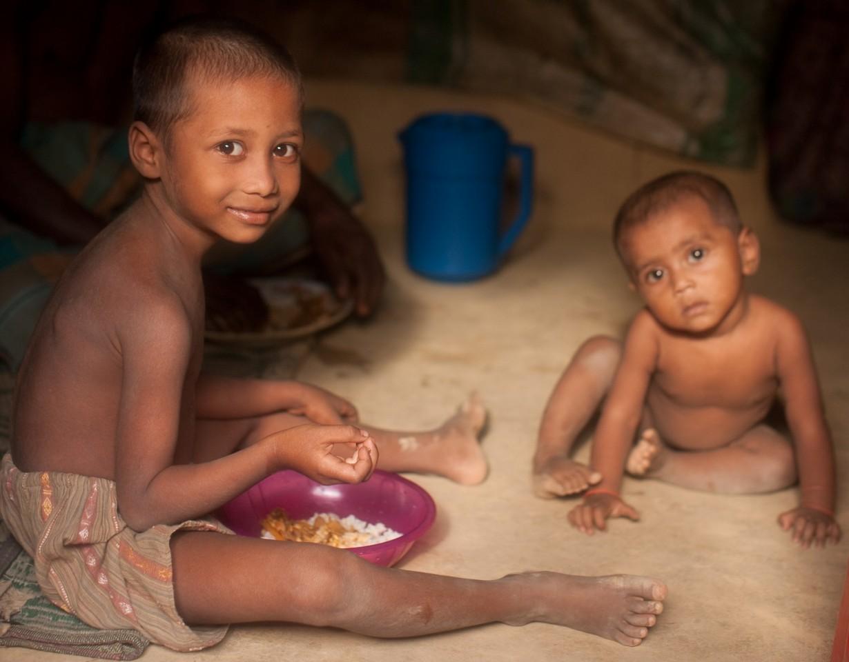 Rohingya kinderen in hun geïmproviseerde woning