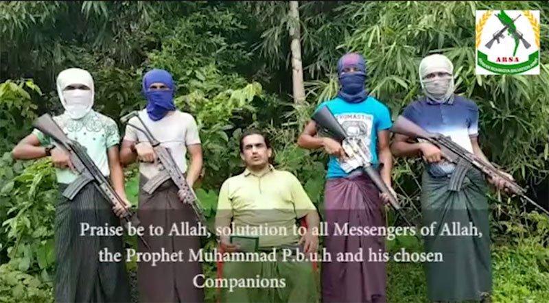Een screenshot uit een video van ARSA met in het midden hun leider  Ataullah abu Ammar Jununi.