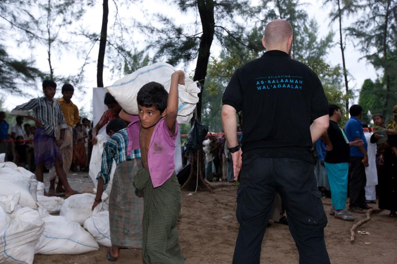 Distributie voedsel in Rohingya kamp