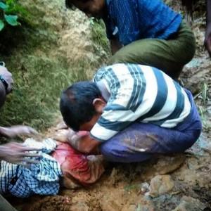 Een moslimman huilt bij één van de lichamen die deze week uit een nieuw massagraf is gehaald.
