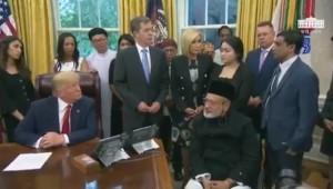 Een ongeïnformeerde en ongeïnteresseerde Trump luistert naar een Rohingya tijdens een bijeenkomst in het Witte Huis.