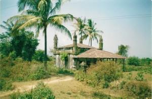 Een van de weinige foto's waarop de moskee nog te zien is vóór de sloop.