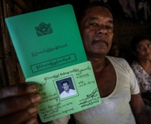 Een Rohingya toont zijn NVC-card.