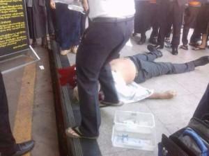 Het levenloze lichaam van Ko Ni nadat hij door het hoofd is geschoten.