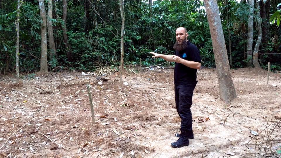 Nourdeen Wildeman - voorzitter van as-Salaamah wal'Adaalah - op de locatie van één van de massagraven in Thailand.
