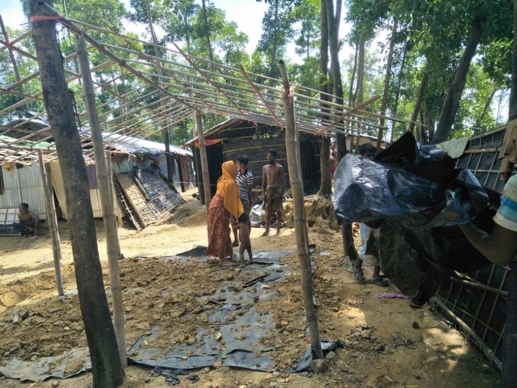 In totaal laten we 160 shelters bouwen van bamboe en dik zeil. Hier kunnen we 960 vluchtelingen in opvangen.