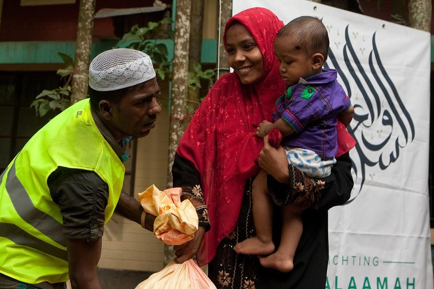 Uitdelen voedsel aan Rohingya-vluchtelingen in Bangladesh