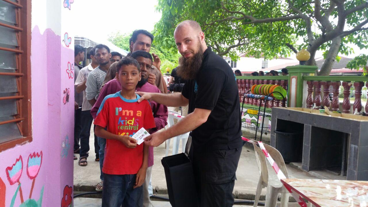 Uitdelen voedsel aan Rohingya middels coupon-systeem.