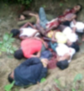 Op deze uitgelekte foto van het massagraf (door ons gecensureerd) zijn de lichamen van de mannen te zien, met schot- en steekwonden.