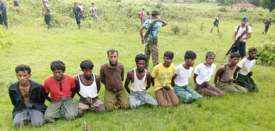 Deze uitgelekte foto toont de 10 Rohingya-mannen uit Inn Din vlak voordat zij werden vermoord en in een massagraf geworpen (inna lillahi wa inna ilayhi raji'oen).
