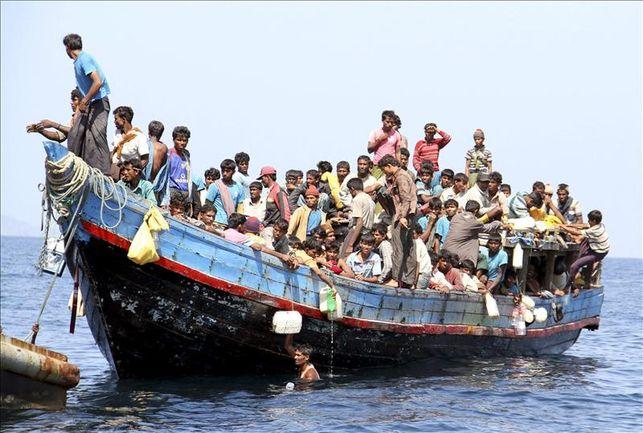 Rohingya vluchtelingen op volgepakt schip.